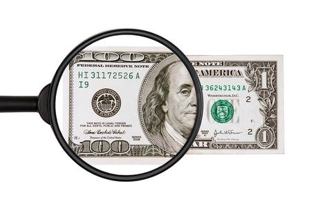 dinero falso: $ 1 despu�s de una inspecci�n m�s cercana con una lupa se convierte en $ 100, aislado en el fondo blanco Foto de archivo