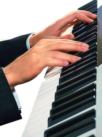 pianista: Manos de músico. Pianista juega en un sintetizador, aislado en un fondo blanco