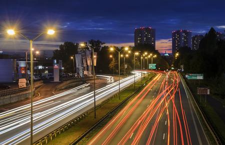 KATOWICE, POLONIA - 27 DE SEPTIEMBRE DE 2015: Autopista sin peaje en Katowice, Polonia por la tarde el 27 de septiembre. Katowice es una ciudad en Polonia al sudoeste, con una población de 304,362 desde 2013.