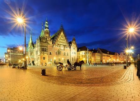 夕方には、ポーランドのヴロツワフのメイン広場で馬車付近の市庁舎