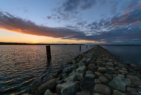 ave del paraiso: Puesta de sol en el paraíso de aves en el mar Báltico. Polonia.