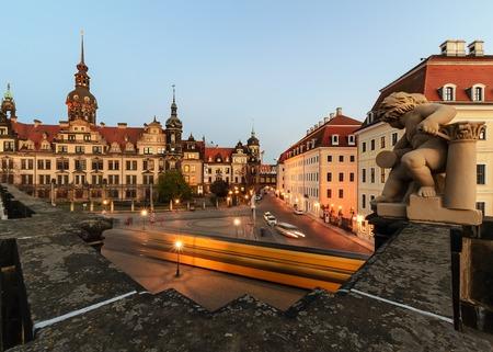 Cuadrado en Dresden, con el tranvía por la tarde. Alemania, Europa.