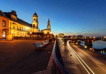 El frente marítimo de Elba por la noche, Dresde, Alemania, Europa.