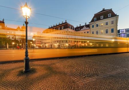 Linterna en el casco antiguo de Dresde con los senderos de tranvía en la noche. Alemania, Europa.