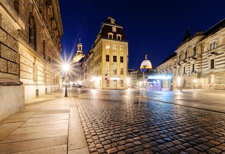 Arquitectura en el casco antiguo de Dresde en la noche. Alemania. Europa.