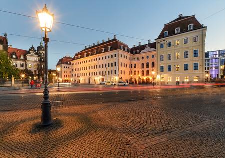 Linterna en el casco antiguo de Dresde en la noche. Alemania, Europa.