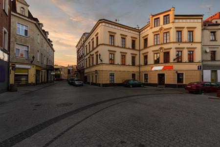 Casas de la vendimia en la calle en la ciudad vieja de Gliwice, Polonia, Europa.