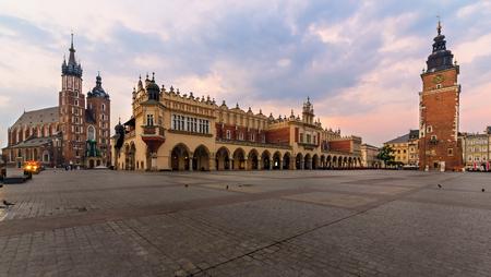 Rynek Glowny - クラクフ、ポーランドの主要な正方形。早朝にヨーロッパ