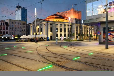夕方にはカトヴィツェの中央広場のウィスピアニスキ劇場。ポーランド 写真素材