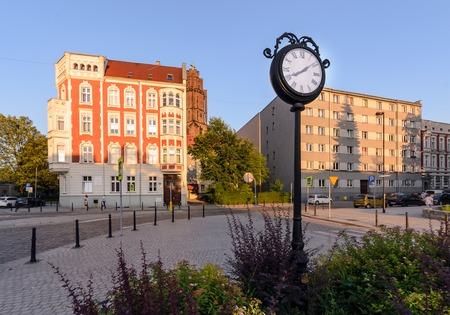 Reloj de la ciudad en la parte central de Gliwice, Polonia, Europa. durante la puesta de sol.
