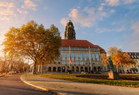 Nuevo ayuntamiento del otoño en Rathaus Square en Dresden, Sajonia, Alemania.