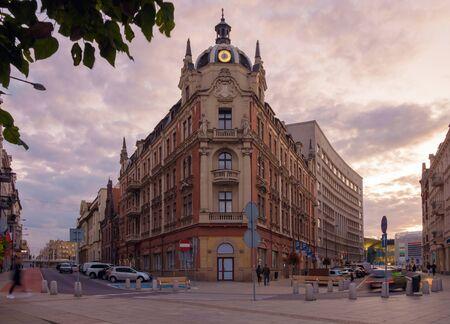 Stary budynek w centrum Katowic o zachodzie słońca