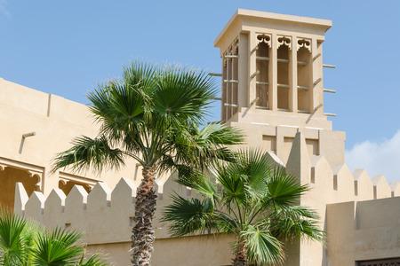 viento: Torre del viento, arquitectura �rabe, Bastakiya, Dubai, Emiratos �rabes Unidos. Torres de viento se utilizan en los Emiratos �rabes Unidos para enfriar sus edificios.