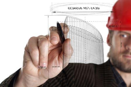 veiligheid bouw: Een beeld van de bouwer in een rad helm tekenen met een pen Stockfoto