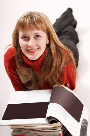 Una imagen de una niña leyendo revistas Foto de archivo - 3375315