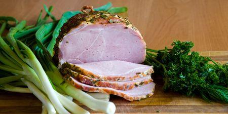 potherbs: Apetitosas rebanadas de jam�n con potherbs sobre la mesa de la cocina