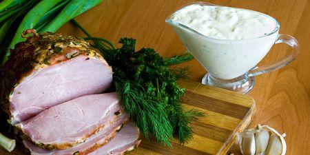 potherbs: Rodajas de jam�n, ensalada de potherbs y verduras en la mesa de la cocina
