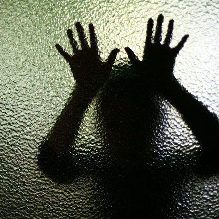 maltrato infantil: Una imagen de una silueta detr�s de vidrio