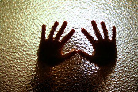 discriminacion: Una imagen de una silueta de manos peque�as