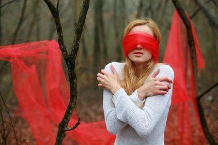 augenbinde: Ein Bild mit verbundenen Augen sch�ne Frau in der Gesamtstruktur