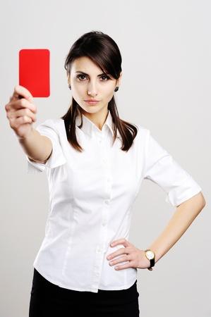 berisping: Een afbeelding van jonge mooie vrouw rode kaart tonen Stockfoto