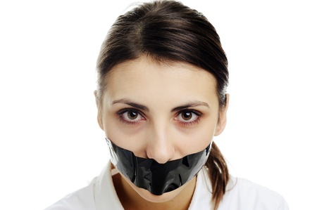mouth closed: Una imagen de una mujer con la boca cubierta