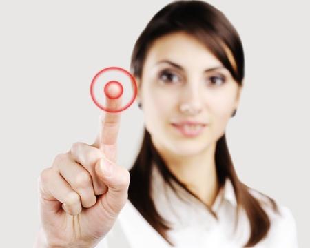 klick: Young Business Woman auf etwas auf dem Bildschirm zu zeigen