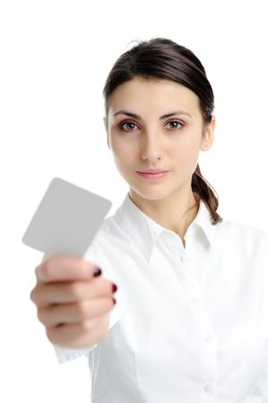 personalausweis: Junge gesch�ftsfrau holding blank Visitenkarten in der hand