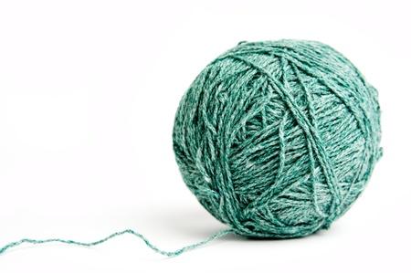 gomitoli di lana: L'immagine di un gomitolo di lana verde su sfondo bianco Archivio Fotografico