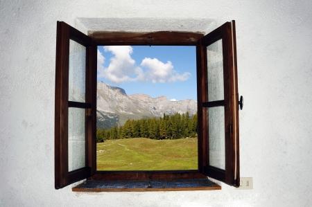 열려있는 창 밖에 아름다운 그림의 이미지