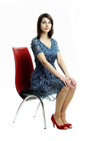 ülő: A kép egy fiatal lány ül egy széken