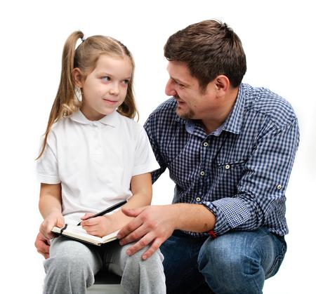Papa aide sa fille à faire ses devoirs Banque d'images - 24143354