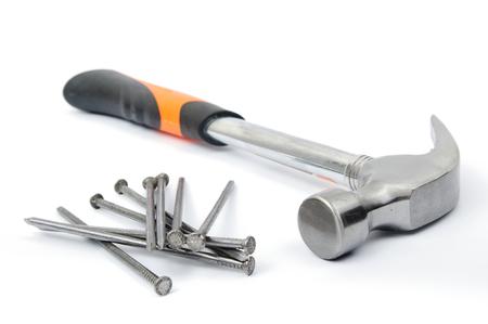 martillo: Una imagen de un martillo y clavos en blanco Foto de archivo
