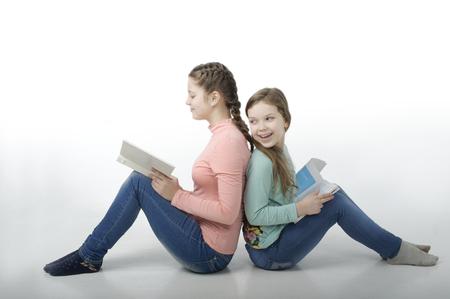 barrettes: Le bambine hanno letto i libri back to back isolato su bianco