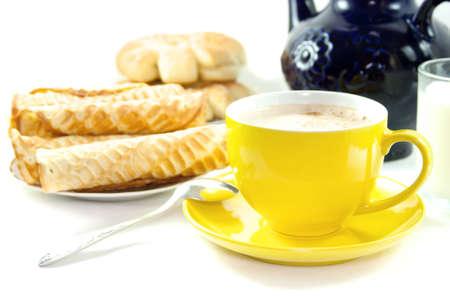 ワッフルの朝食とコーヒーのカップ。白い背景で隔離