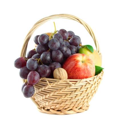 corbeille de fruits: Panier de fruits avec des fruits m�lang�s sur fond blanc