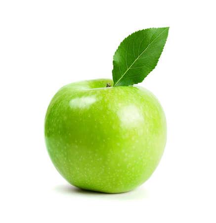 manzana verde: manzanas verdes con hoja aislado sobre fondo blanco Foto de archivo