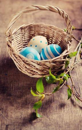 Huevos de Pascua en una cesta