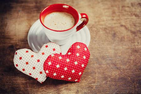 Taza de caf� y el coraz�n en el fondo de madera. D�a de San Valent�n.