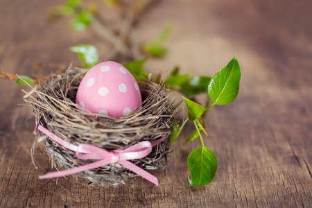 Easter egg in nest on wooden background 免版税图像