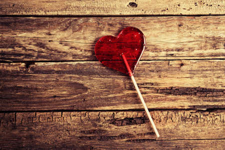 Caramelo en forma de coraz�n en una superficie de madera Foto de archivo