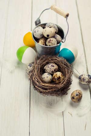Huevos de Pascua coloridos en superficie de madera. Todav�a de Pascua vida