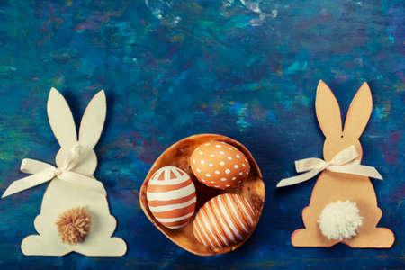 silhouette lapin: décorations de Pâques, des oeufs peints et des lapins de Pâques coupe sur papier