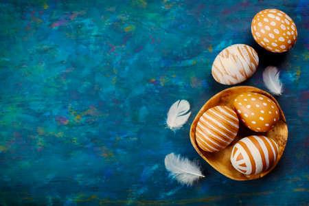 Gemalte bunte Ostereier auf einem blauen Hintergrund Standard-Bild - 36492347