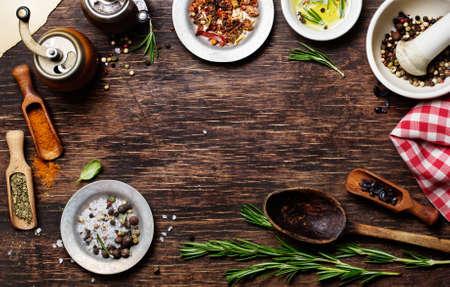 molinillo: Especias para su uso como ingredientes de cocina sobre un fondo de madera, con copyspace