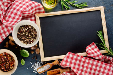 pizarra: Tablero de tiza negro y especias. Plantilla para recetas o men� de la comida Foto de archivo