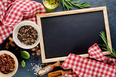 Zwarte krijtbord en specerijen. Sjabloon voor recepten of voedsel menu