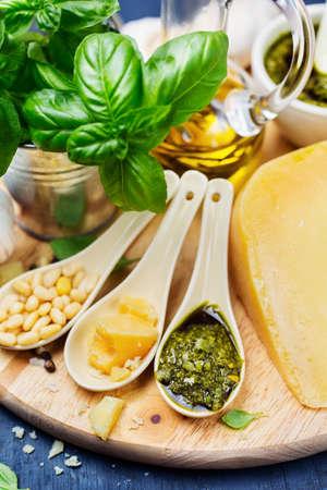 Pesto fresco y los ingredientes, Primer plano, poca profundidad de campo