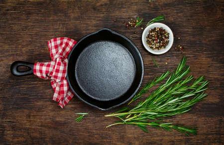 料理の食材と空の鋳鉄のフライパン