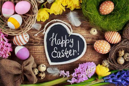 텍스트 - 행복 한 부활절 블랙 보드입니다. 다채로운 부활절 달걀과 꽃 스톡 콘텐츠